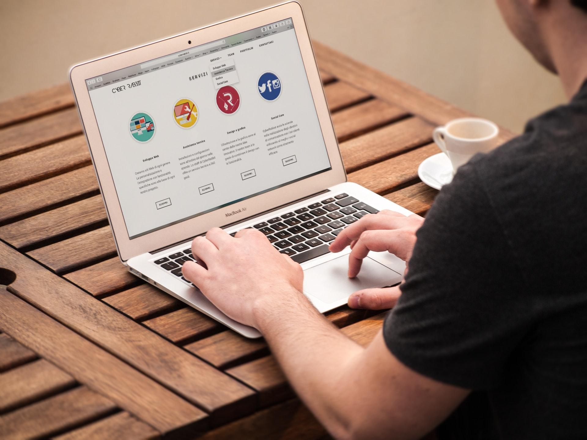 apple-computer-desk-laptop-209151